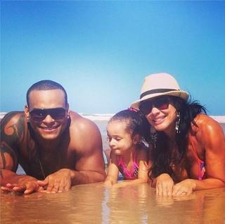 Scheila Carvalho com marido e filha na praia (Foto: Reprodução_Instagram)