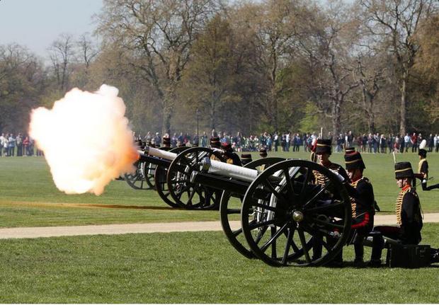 Artilharia real faz disparos para saudar o nascimento da princesa (Foto: Reprodução/Twitter The Royal Parks)