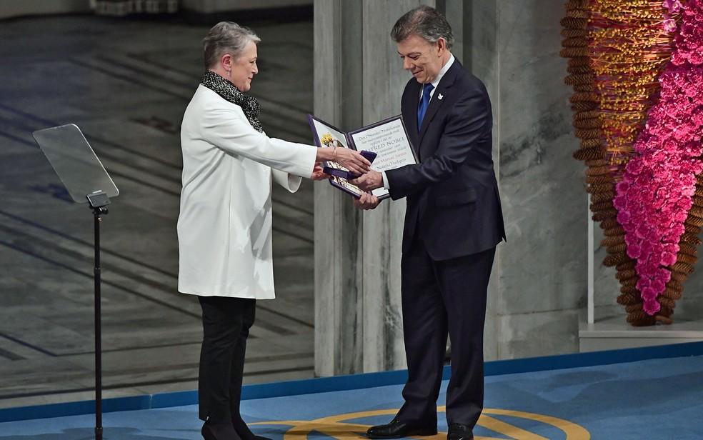 Em Oslo, Juan Manuel dos Santos, presidente da Colômbia recebeu o Prêmio Nobel da Paz de Berit Reiss-Andersen, membro do Comitê Nobel da Noruega (Foto: Tobias Schwarz/AFP)