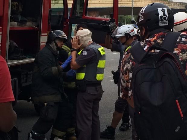 Policial feminina é ferida na cabeça durante manifestação no Centro de SP (Foto: Glauco Araújo/G1)