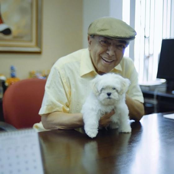 Mauricio de Sousa posa com o cachorro que vai interpretar o personagem Floquinho no filme, segundo ele o primeiro nome confirmado no elenco até agora (Foto: Divulgação)