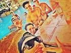 Luan Santana curte piscina com os amigos e exibe braço musculoso