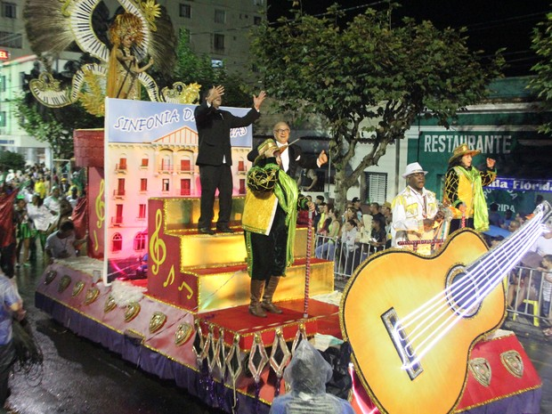 Carro com homenagem à Sinfônia das Àguas marcou desfile em Poços de Caldas (Foto: Jéssica Balbino/ G1)