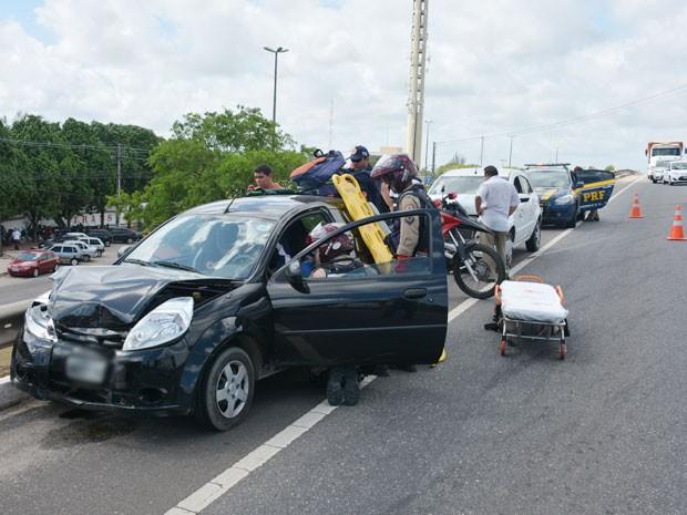 Seis veículos foram envolvidos no acidente no Viaduto Cristo Redentor, em João Pessoa (Foto: Walter Paparazzo/G1)