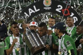 Borja beija troféu da Taça Libertadores na conquista do Atlético Nacional (Foto: AP/Dolores Ochoa)