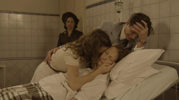 Maria e Braz desabam em choro após a morte da mãe  (Foto: TV Globo)