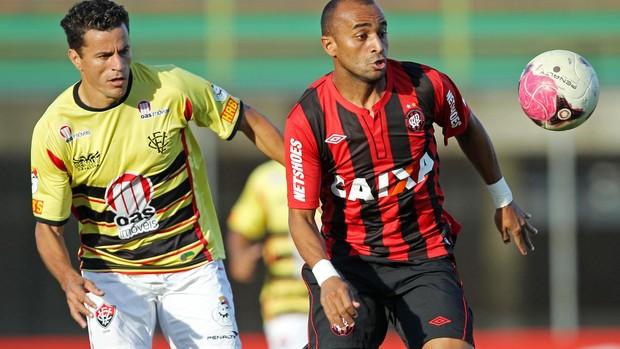 Michel Vitória x Ricardinho Atlético-PR (Foto: Heuler Andrey / Ag. Estado)