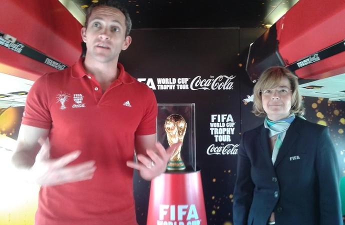 Brad Ross, gerente da patrocinadora, com representante da Fifa (Foto: Rodrigo Faber)
