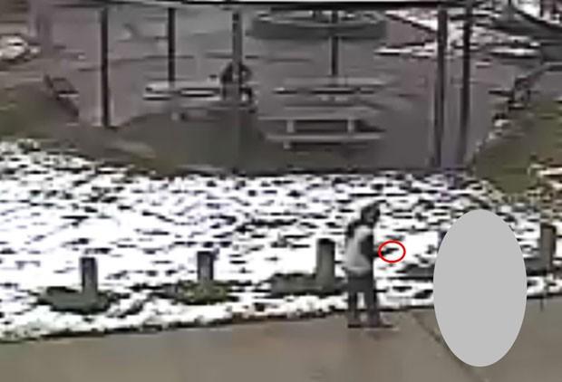 Vídeo mostra Tamir E. Rice, de 12 anos, apontando uma arma de brinquedo em uma área pública de Cleveland. Ele foi morto por um policial que viu a ação e atirou (Foto: /Cleveland Police Department/Reuters )