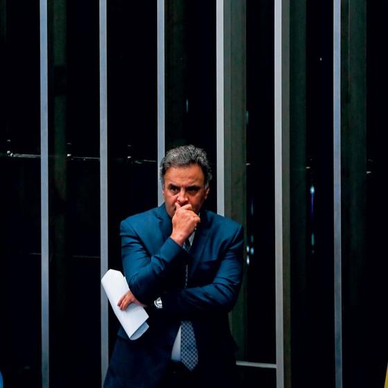 O senador Aécio Neves na tribuna e de planilhas da Odebrecht sobre propina para obras de hidrelétricas (Foto: Pedro Ladeira/Folhapress)