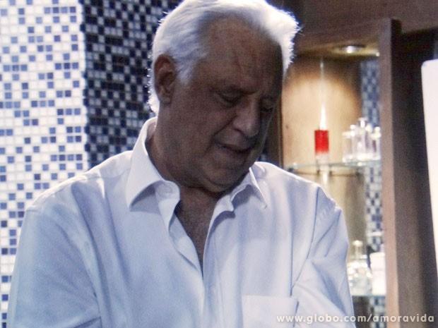 Comentário deixa César constrangido (Foto: Amor à Vida/TV Globo)