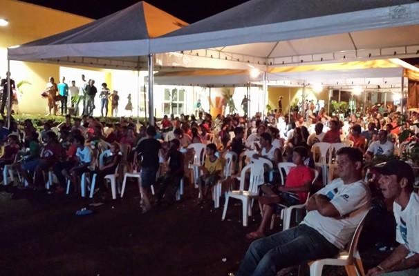 Exibição pública do último capítulo reuniu centenas de pessoas. (Foto: TV Anhanguera)