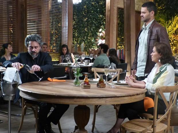 Comendador senta na mesa do casal e deixa inimigo irritado (Foto: Paula Paiva/Gshow)