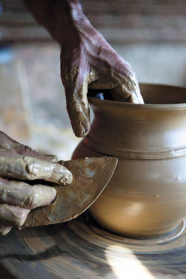 Detalhe Conforme molda a cerâmica, o artesão cria relevos sobre a peça (Foto: Lufe Gomes / Editora Globo)