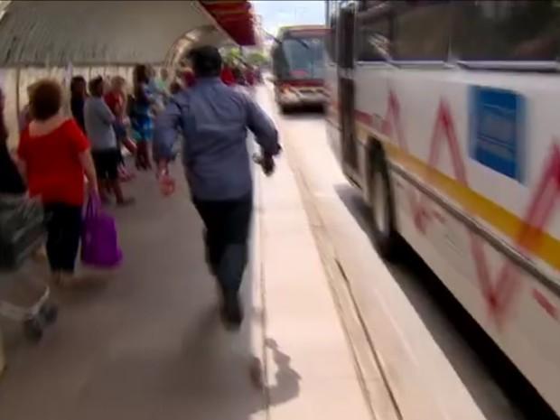 Ao saber que era entrevistado, homem saiu correndo por avenida de Porto Alegre (Foto: Reprodução/TV Globo)