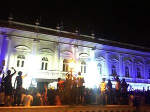 Logo após caminhada, manifestantes se concentraram em frente à sede do Governo do Estado (Foto: Divulgação/Natália Macedo)