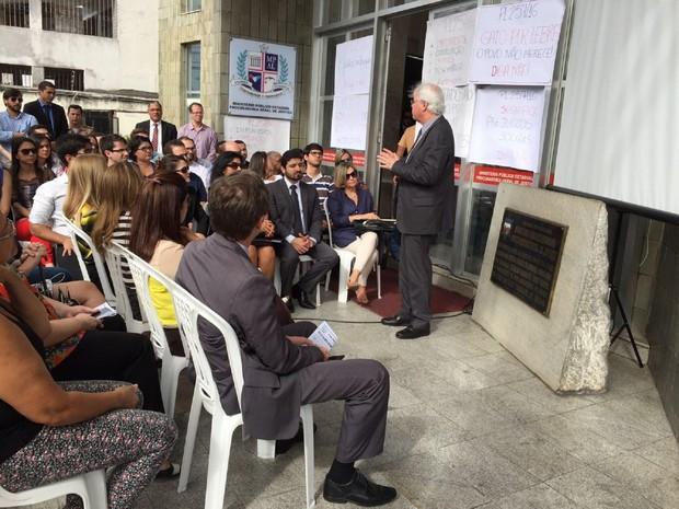 Sérgio Jucá, procurador geral do MP em Alagoas, discursou durante o ato dos servidores (Foto: Roberta Cólen/G1)