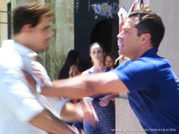Os dois acabam partindo para briga... (Foto: Amor à Vida / TV Globo)