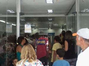 Dentro da loja do RioCard havia muita confusão (Foto: Geizon Correa)