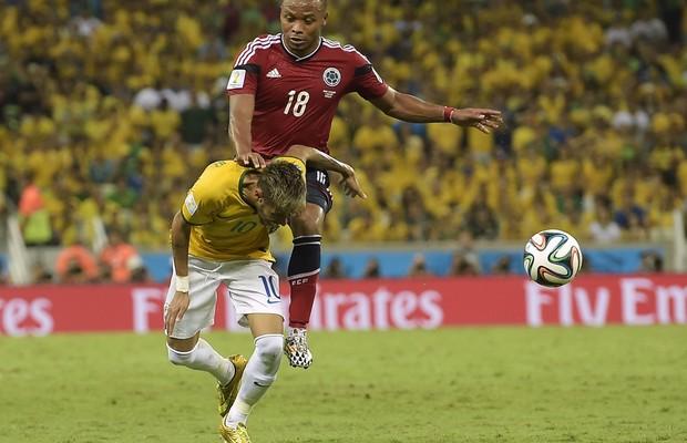 O jogador  Juan Zuniga atinge com o joelho o atacante brasileiro nas costas (Foto: Manu Fernandez/AP Photo)