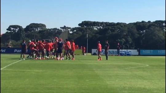 """De volta, Éderson é recebido com """"corredor polonês"""" no Atlético-PR; veja o vídeo"""
