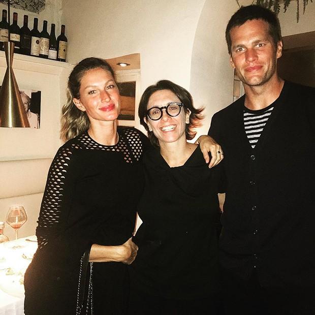 Gisele Bündchen e Tom Brady na Itália pelos fãs (Foto: Reprodução/Twitter)