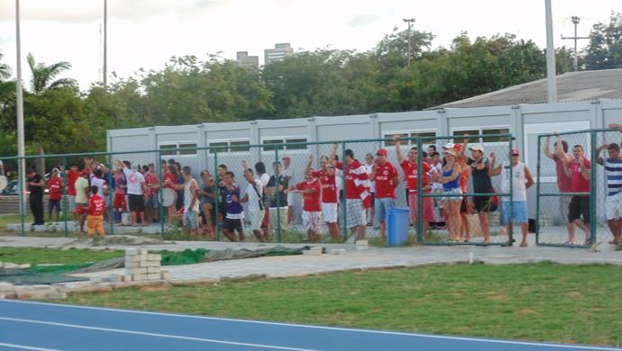 América-RN - torcida comparece ao treino do América-RN na UFRN (Foto: Carlos Cruz/GloboEsporte.com)