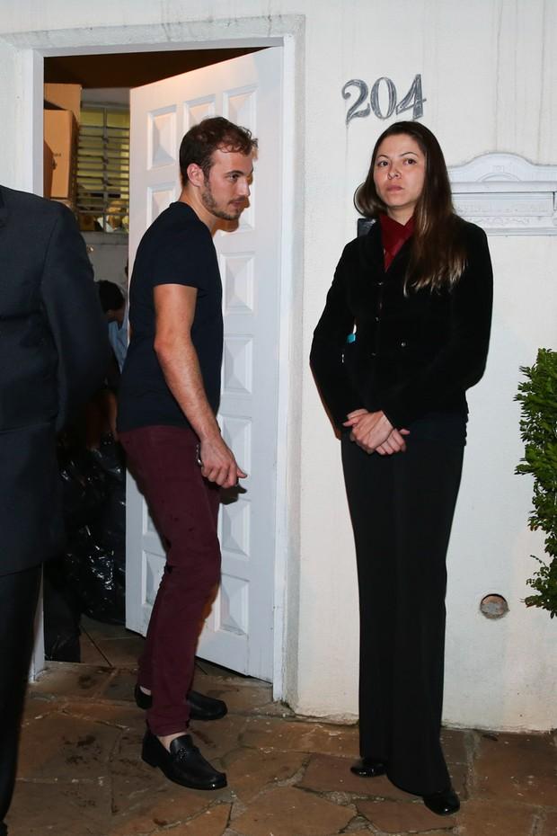... e Luiz Restiffe, seu suposto novo namorado, sai logo em seguida (Foto: Manuela Scarpa/Brazil News)