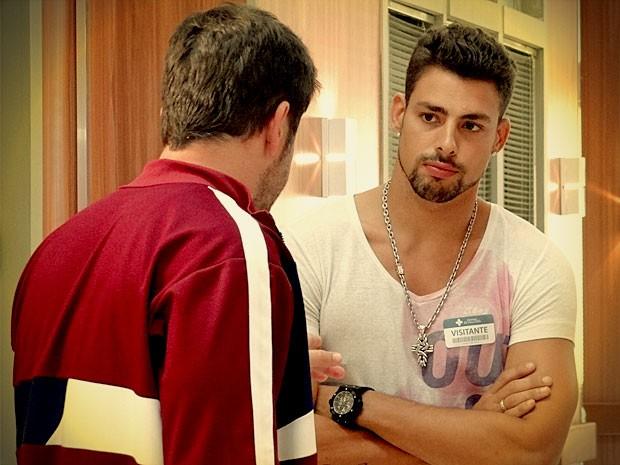 Jorginho quer saber tudo do passado de Tufão e como ele conheceu Carminha (Foto: Avenida Brasil/ TV Globo)