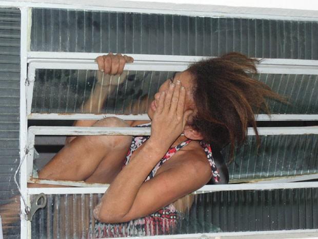 Mulher fica presa em janela após tentar fugir de delegacia em Floriano, no Piauí  (Foto: Polícia Civil de Floriano)