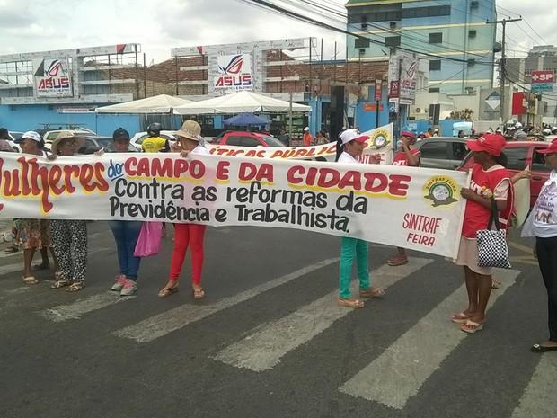 Mulheres pretendem ocupar gerência da Previdência Social, em Feira de Santana (Foto: Diego Macêdo/ TV Subaé)