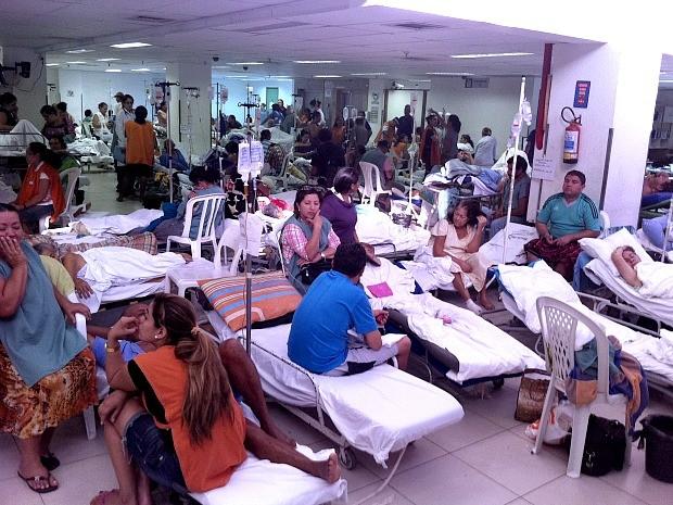 """Lotação em sala improvisada para atendimento de pacientes em hospital de Fortaleza é chamada por pacientes e visitantes de """"piscinão"""" (Foto: André Teixeira/G1)"""