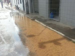 Moradores relatam que vazamento começou às 2h da madrugada (Foto: Jorge Talmon/TV Verdes Mares)