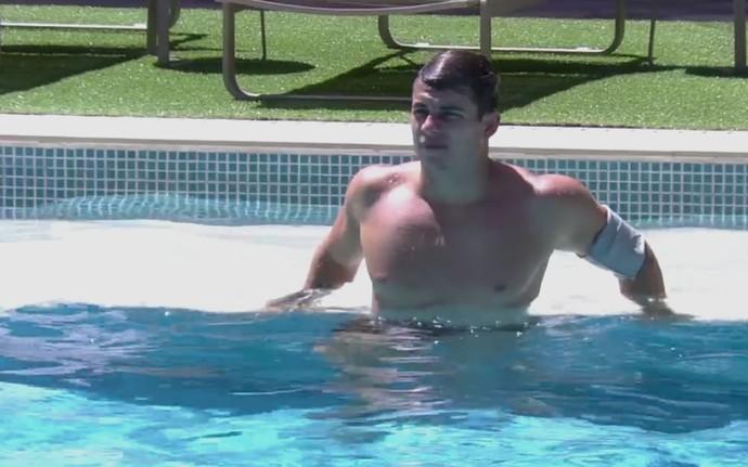 Antoinio nadando (Foto: Gshow)