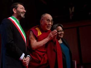Dalai Lama, que aparece ao lado do prefeito de Roma Ignazio Marino, está na Itália para participar de encontro com os vencedores do prêmio Nobel da Paz nesta sexta-feira (12) (Foto: AP Photo/Alessandra Tarantino)