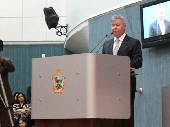 Artur Neto durante leitura da mensagem anual Câmara Municipal de Manaus (Foto: Adneison Severiano/G1 AM)