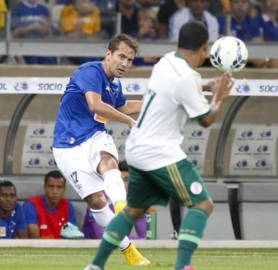 Éverton Ribeiro em ação pelo Cruzeiro diante o Palmeiras (Foto: Reprodução/Premiere)