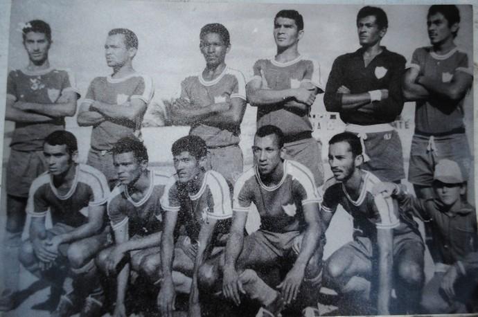 Time campeão dentro do estádio do Arruda. Moreta é o  terceiro em pé, da esqueda para a direita  (Foto: Reprodução arquivo pessoal )