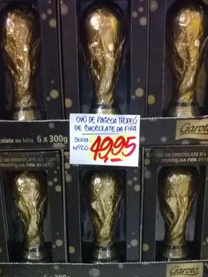 Taça da Fifa em chocolate com preço (Foto: Lilian Quaino/G1)