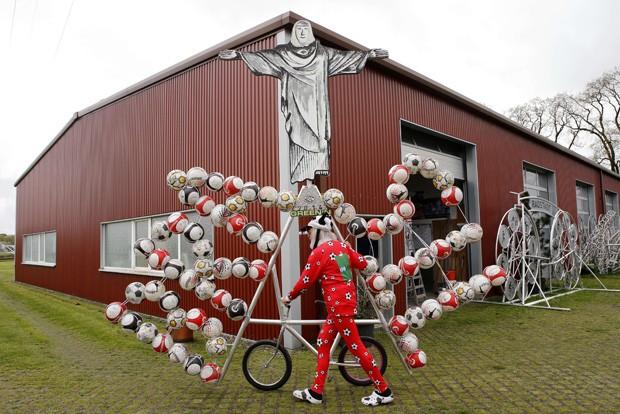 Didi Senft exibe sua bicicleta em comemoração à Copa do Mundo na Alemanha (Foto: Fabrizio Bensch/Reuters)