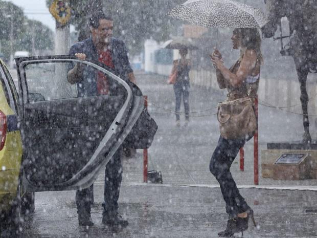A gata acaba flagrando Théo dando uma carona de táxi para Érica (Foto: Salve Jorge / TV Globo)