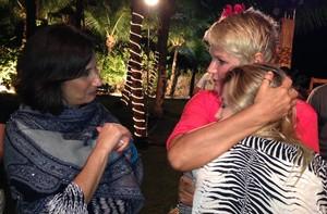 Ao lado da mãe Zizi, Luiza Possi troca carinho com rainha (TV Xuxa / TV Globo)