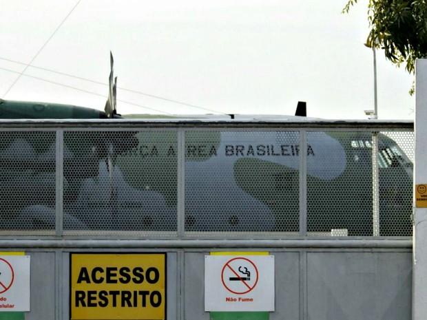Segundo avião da FAB desembarcou por volta das 7h45 no horário de Brasília (Foto: Adneison Severiano/G1 AM)