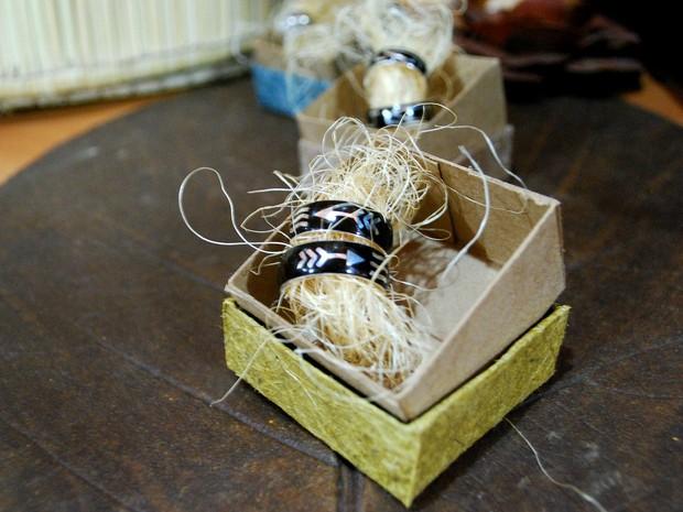 Alianças são confeccionadas com tucumã. Traços indígenas fazem alusão a dois filhos do casal.  (Foto: Jamile Alves/G1 AM)