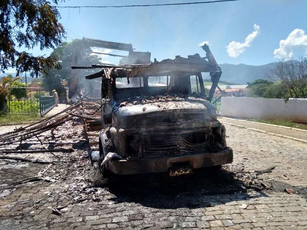 Caminhão foi totalmente consumido pelas chamas em Itanhandu, MG (Foto: Corpo de Bombeiros)
