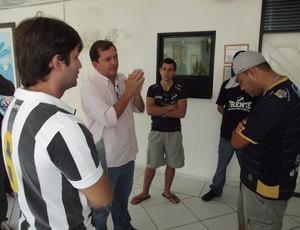 Stênio Dantas, diretor de marketing do ABC, conversa com torcedores (Foto: Jocaff Souza)