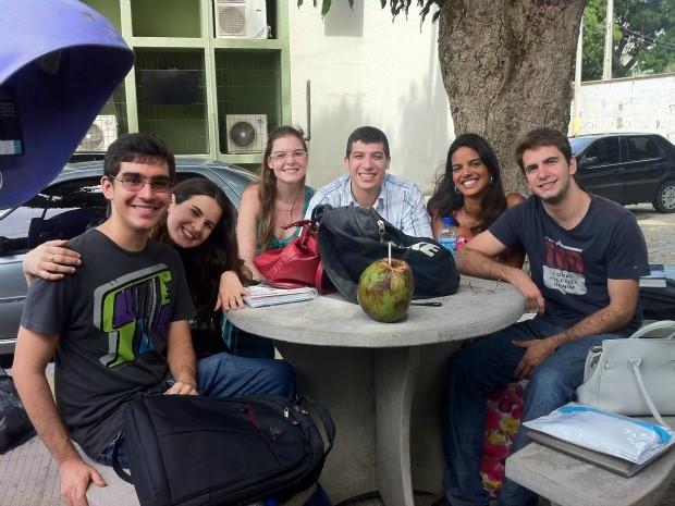 Estudantes do Ceará, Espírito Santo, Rio Grande do Sul e Paraná se reúnem no pátio do curso no intervalo das aulas. (Foto: Gabriela Alves/G1)