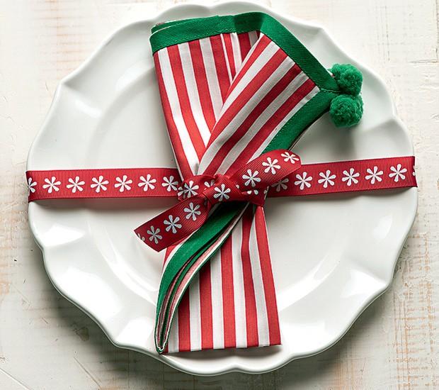 """""""Embale"""" cada prato na mesa de Natal. A fita que envolve a louça também prende o guardanapo (Foto: Iara Venanzi/Casa e Comida)"""