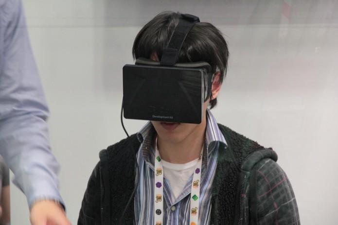 Visitante da GDC 2013 testa o Oculus Rift (Foto: Léo Torres/TechTudo)