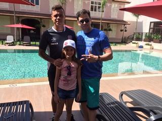 Bernardo sorri ao lado de família potiguar: meia-atacante pode ganhar segundo título pelo Vasco (Foto: Arquivo pessoal)